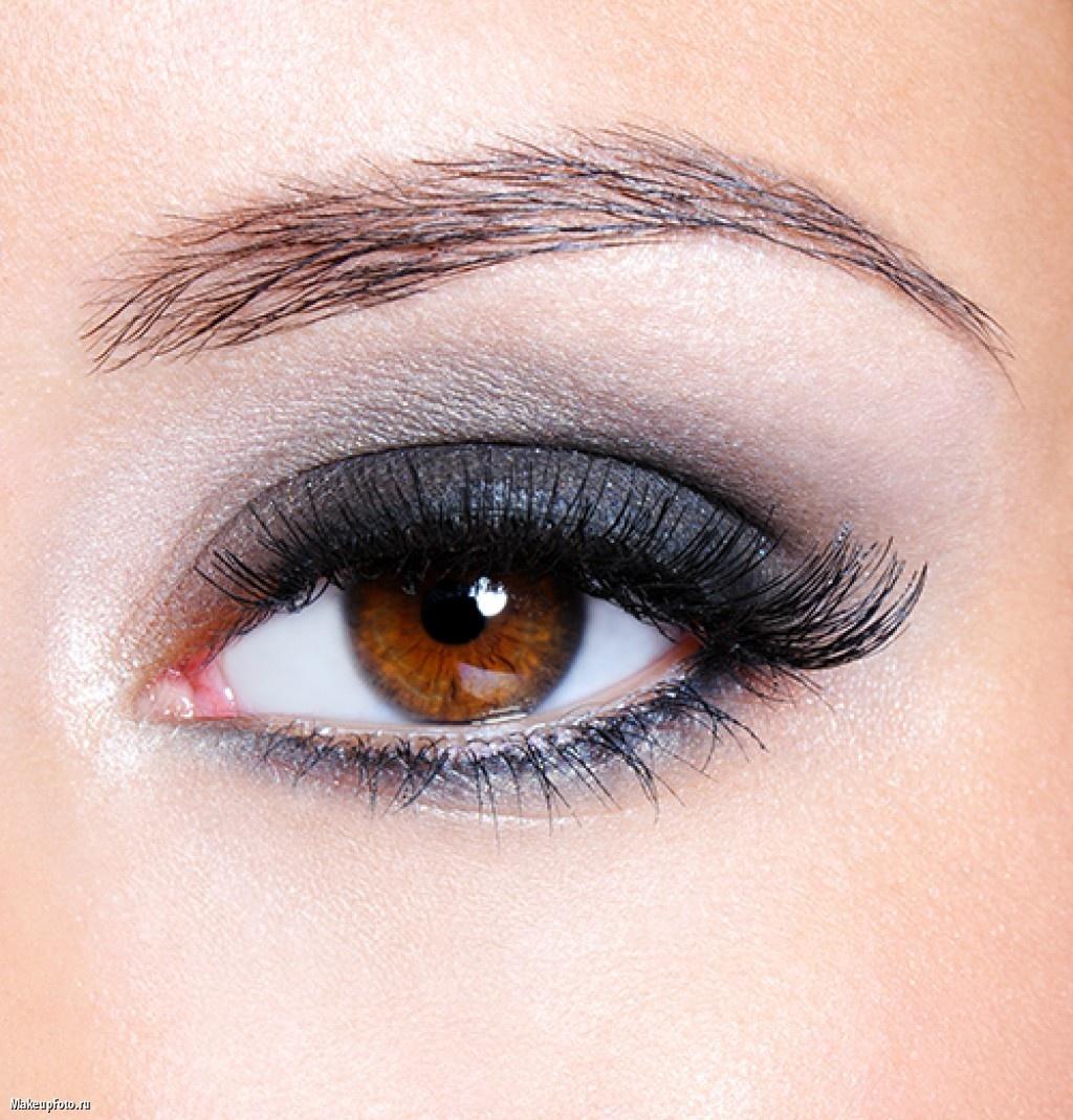 Красивый макияж серо-зелёных глаз