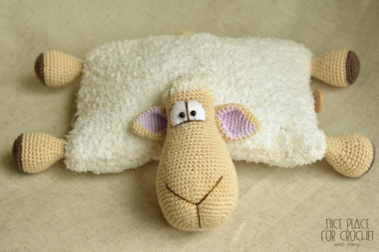 Вязаная подушка овечка