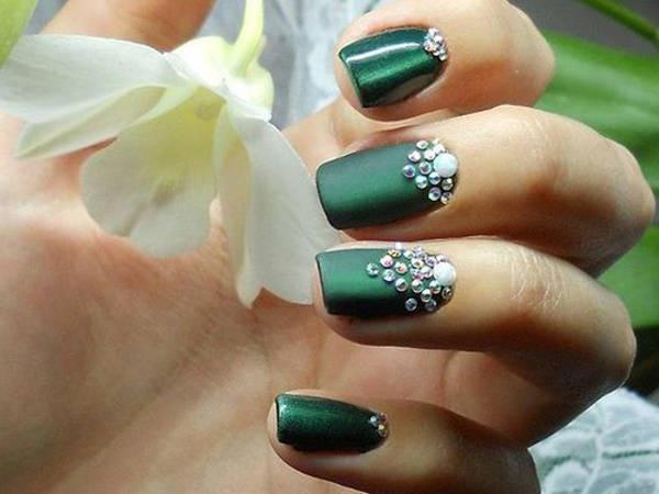 Дизайн ногтей зеленого цвета со стразами на