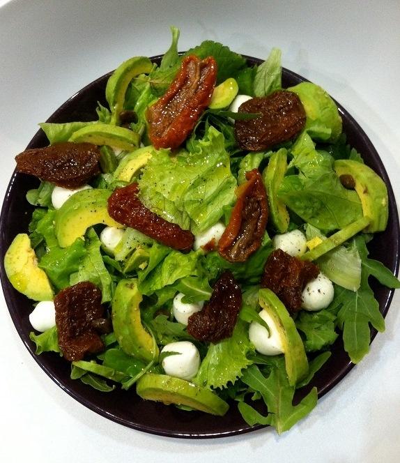 Салат с моцареллой и помидорами и авокадо