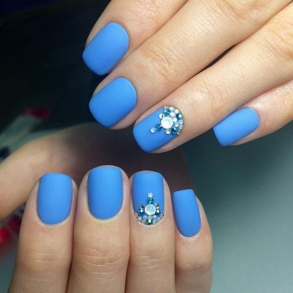 Ногти под голубое платье
