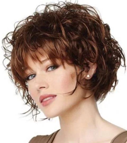 Фото модных коротких стрижек на волнистые волосы