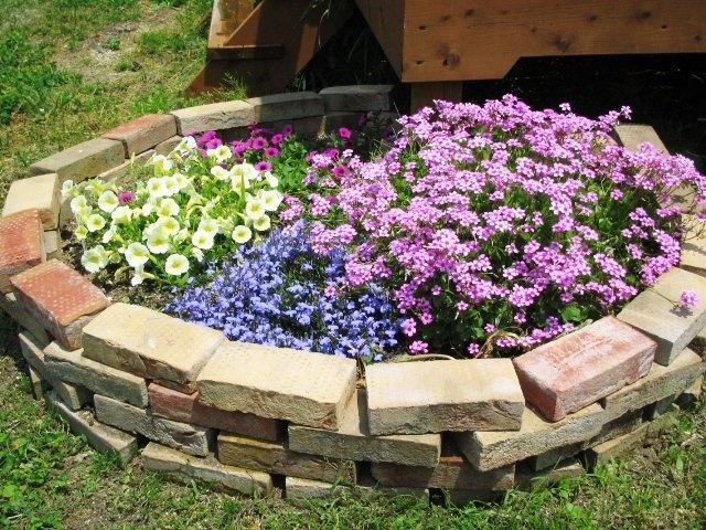 Как сделать клумбу из кирпича для цветов