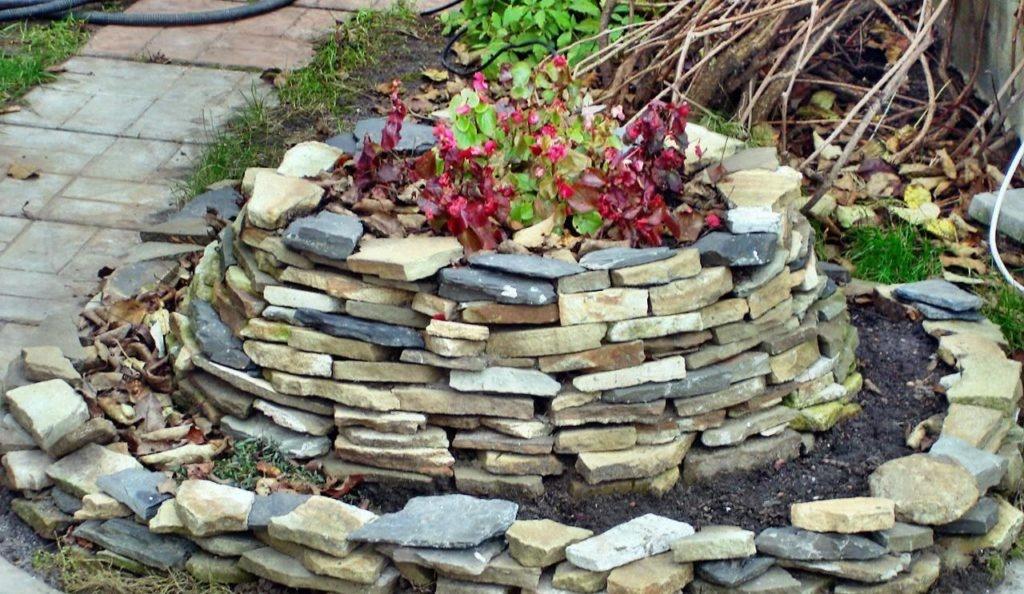 Как сделать клумбу из природного камня своими руками