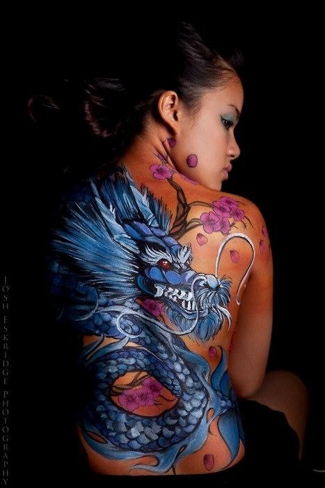 Фото тату дракона на женской спине