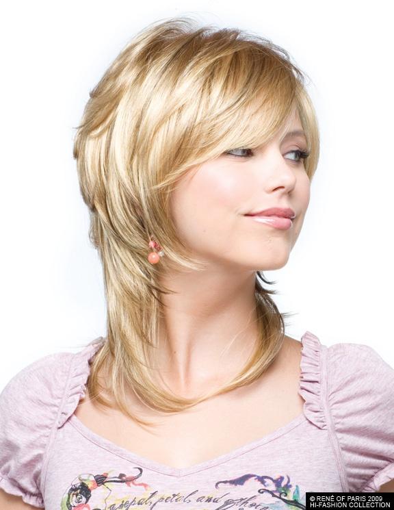 Прически на средние волосы каскад с косой челкой для
