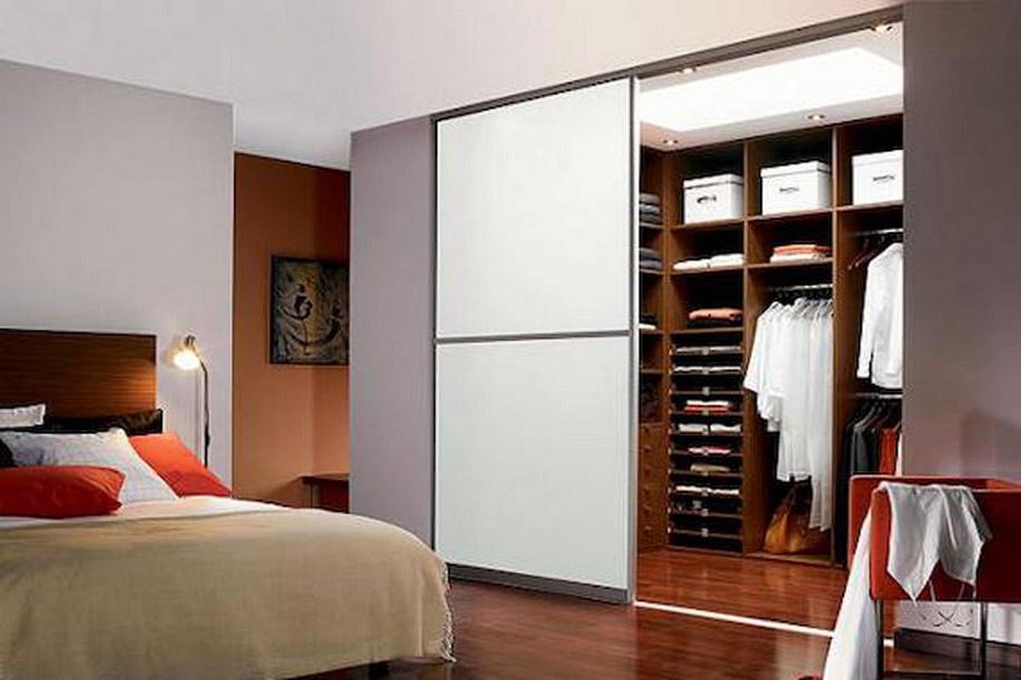 Гардеробная комната в спальне фотографии.