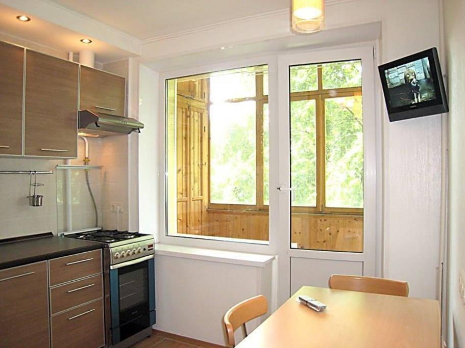 Кухня 11 кв м дизайн с диваном с выходом на балкон.