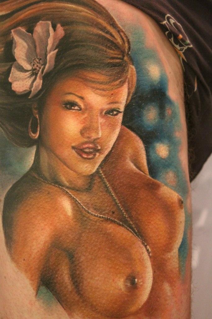 Татуировка на груди для женщин  фотографии