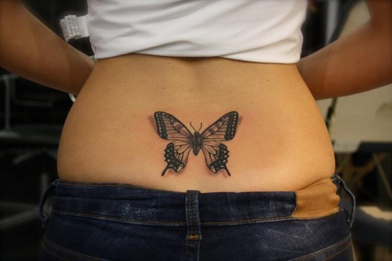 tatuirovka-babochka-na-zhope