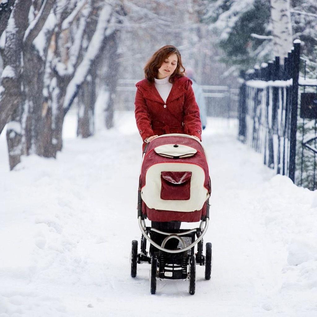 Начинать гулять с новорожденным ребенком на улице нужно вско.