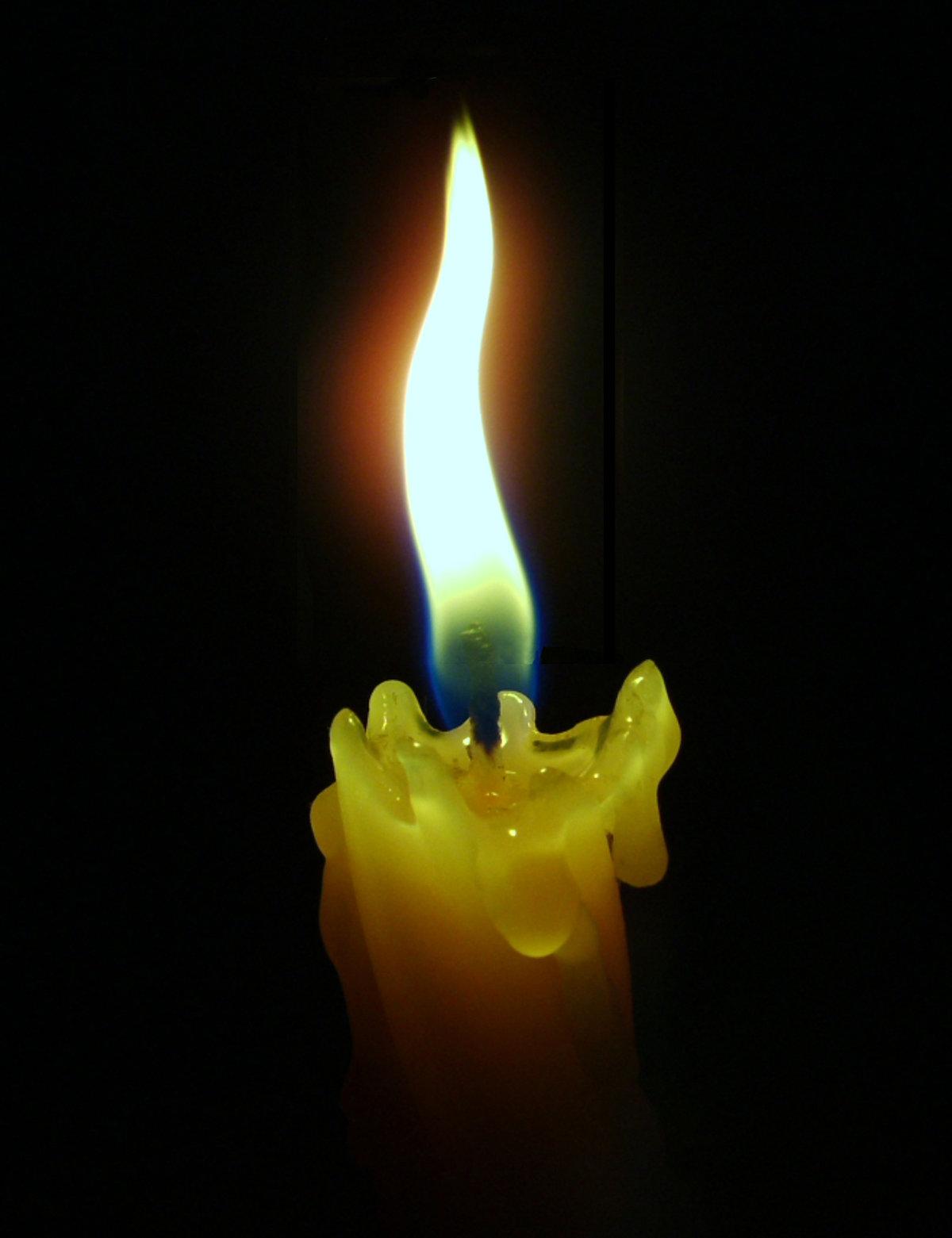 Танцует огонек свечи