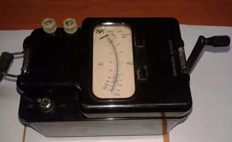 Устройство и принцип работы мегаомметра - фото 2