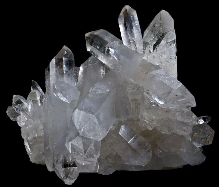 <h3>Что такое кварц</h3><p>На самом деле, кварц – это один из самых распространенных минералов в земной коре. Его доля составляет около 60%! Если полупроводниковые радиокомпоненты в основном делают из кремния, то кварц также состоит из кремния но в связке с кислородом. Его формула SiO2.</p><p>Выглядит он примерно вот так:</p><p><img alt=