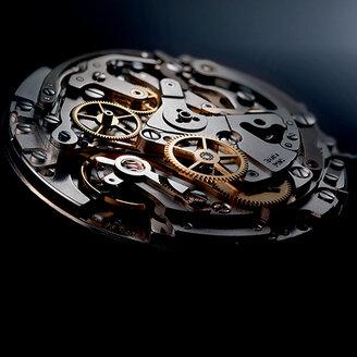 <p>Практически для каждого современного человека обязательным ежедневным аксессуаром являются наручные часы. Они помогают точно определять время, завершают образ, создают имидж и подчеркивают статус. Когда пользователь выбирает подходящую для себя модель, то он колеблется между приобретением механического и кварцевого механизма. Поскольку это главное, на что необходимо обращать внимание при покупке часов. Что такое кварцевый механизм, почему он лучше или хуже механики и какие бренды представлены на рынке, вы узнаете из нашей статьи.</p> - изображение 1